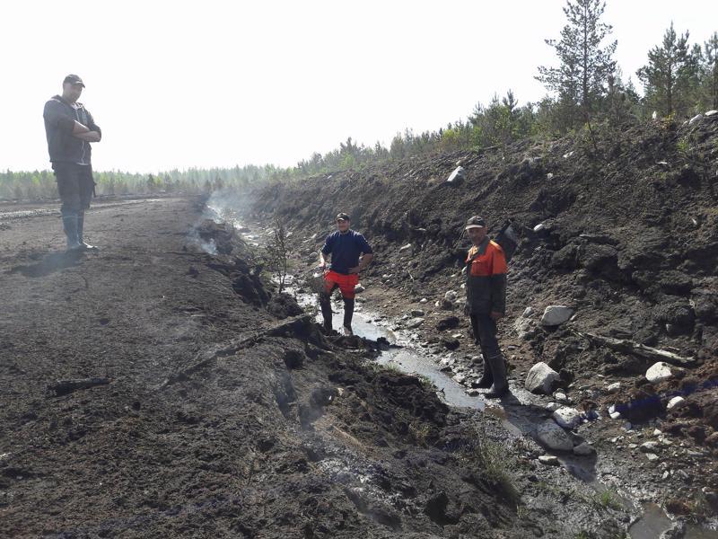 Turvetyöntekijät Aleksi Pollari, Jose Järvelä ja Jari Koskela turvepalon sammutustöissä Kaustisen Lähdenevalla.
