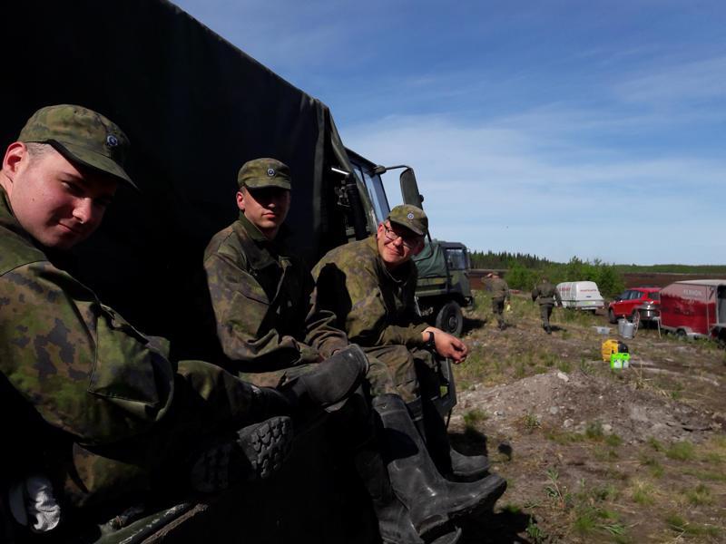 Niinisalosta varusmiehet Kasperi Viitaniemi, Aleksi Peltovirta ja Topias Mäkelä Lähdenevalla odottamassa käskyä sammutustöihin.