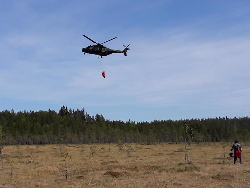 Perhon maastopaloa sammutettiin helikopterin avulla.