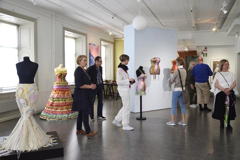 Hepeneet-näyttelyn avajaisiin oli löytänyt tiensä myös kourallinen yleisöä.