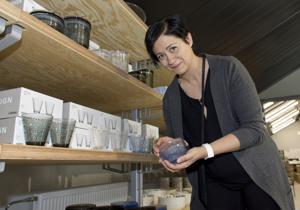 Apulaismyymäläpäällikkö Mari Somero valmisteli Iittalan outlet-myymälää avajaisiin.