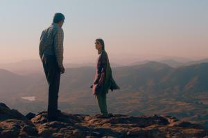 Hyppää! Elämän rajalla isä (Adil Hussain) ja tytär (Maria Mozhdah).