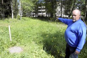 Leo Saarijärvi paikalla, jossa poliisi sai suden jyvälle. Eläin näkyi hetken muutaman kymmenen metrin päässä hieman viettävässä rinteessä.