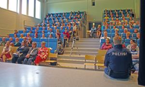 Poliisin huumeilta keskiviikkona veti Niva-Kaijan koulun auditorion täyteen väkeä.