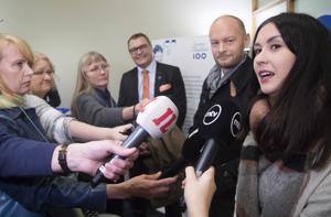 Tiina Elovaara haastateltavana hänen viedessään Sininen Tulevaisuus -puolueen kannattajakortteja oikeusministeriöön lokakuussa 2017.