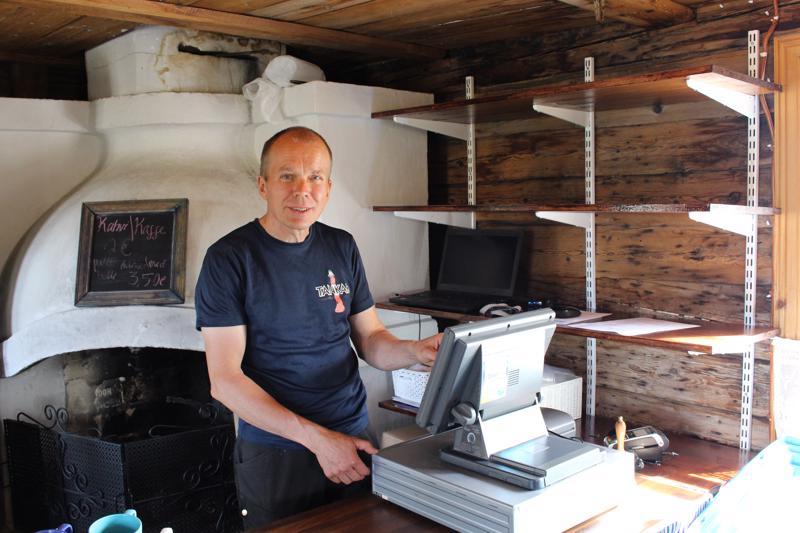 Mika Peltoniemellä alkaa jo kahdeksas vuosi Tankarin kesäkahvilassa.