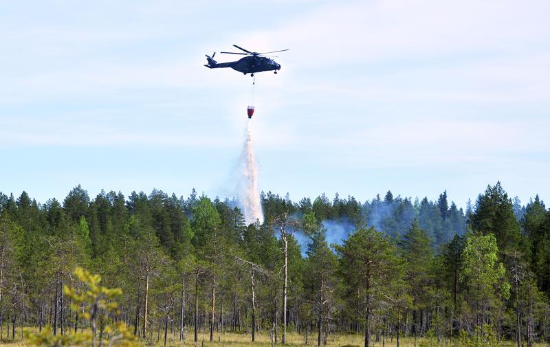 Perhossa sammutettiin torstaina maastopaloa helikopterista käsin.
