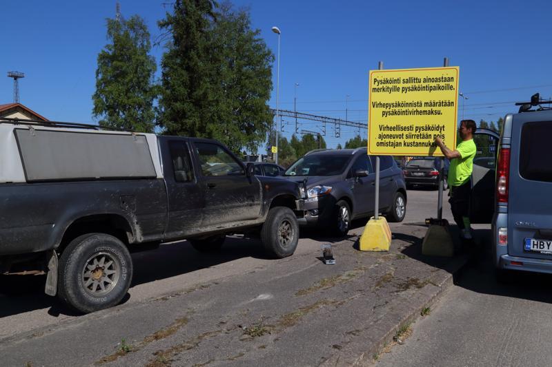 Kaupunki joutuu puuttumaan virheelliseen pysäköintiin Kaupunki joutuu puuttumaan virheelliseen pysäköintiin koventamalla otteita ja siksi linja-autolaitureiden viereen pystytettiin ohjaava kyltti perjantaina.