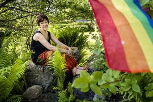 Leena Furubacka ja jo vuosia sitten hankittu Pride-lippu.