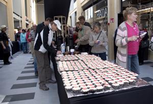 500 ensimmäistä sai leivoskahvit.