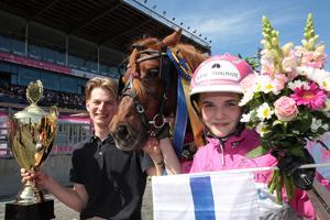 Elina Miettunen voitti jälleen Elitloppetin ponilähdön. Voittoa juhlimassa myös valmentaja Mats Havulehto.