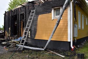 Omakotitalo tuhoutui tulipalossa asuinkelvottomaksi.