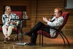 Kansanedustaja Jutta Urpilainen ja presidentti Tarja Halonen keskustelivat rauhasta ja kestävästä kehityksestä sunnuntaina Keski-Pohjanmaan konservatorion isossa salissa.