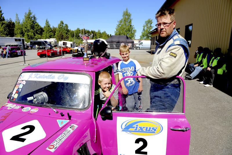 Ari-Pekka Sillanpään mukana osakilpailuissa kulkee poika Lauri sekä vaimon veljenpoika Luukas Leppäniemi. Nuorille mekaanikoille paras hetki on, kun Sillanpää työntää minin varikolle ja pojat saavat ohjata.