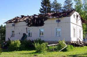 Maatilan vanha päärakennus tuhoutui sunnuntai-iltana tulipalossa Nivalan Haikarassa.