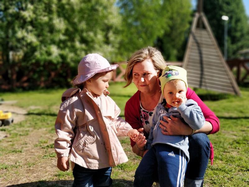 Marita Blankenstein on viihtynyt perhepäivähoitajana yli 30 vuotta. Kuvassa neljästä hoitolapsesta Ella ja Kasperi.