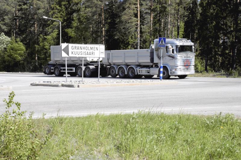 Snellmanin risteys Pietarsaaren Kuusisaaressa on raskaasti liikennöity ja hankala paikka.