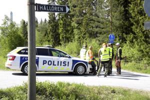 Muutama poliisipartio ja noin 15 srva-metsästäjää väijyivät sutta Luodontien varressa Hällörenissä.
