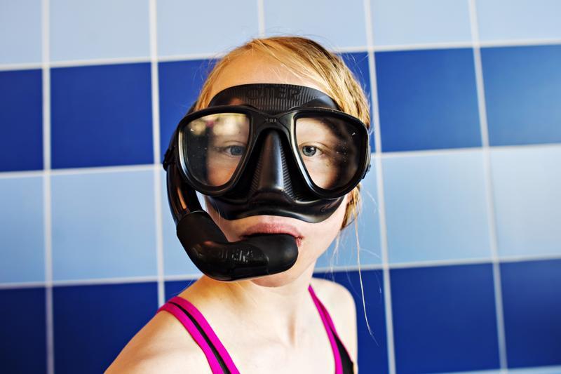 Iina Lastikka testaa snorkkelia.
