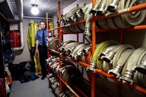 Pelastuspäällikkö Terho Pylkkänen esittelee Kokkolan paloaseman varastoja, joista löytyy myös valmiiksi huollettuja letkuja.