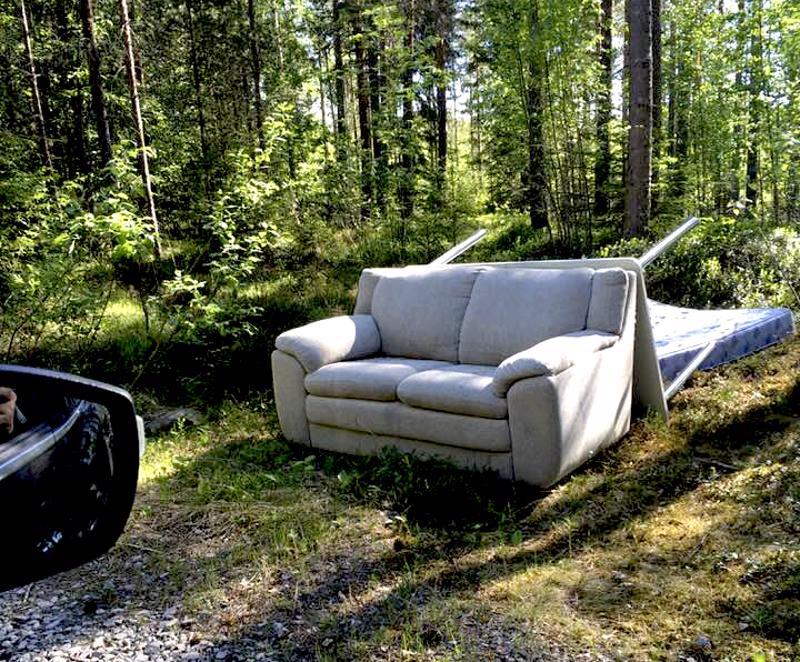 Metsäautotien varteen oli Vetelissä unohtunut lasti huonekaluja.