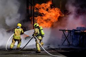 Keski-Pohjanmaan ja Pietarsaaren alueen pelastuslaitoksen palomiehet sekä lähialueen sopimuspalokuntalaiset kiireisinä Pohjanmaan Hyötykäyttö Oy:n tilojen sammutuksessa.
