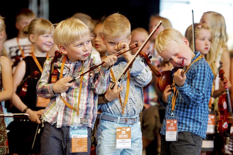 Näppäritoiminta vie kaustislaista viulunsoittoperinnettä uusille sukupolville. Unescon ylläpitämälle ihmiskunnan aineettoman kulttuuriperinnön listalle ehdotetaan Suomesta kaustislaista viulunsoittoperinnettä.