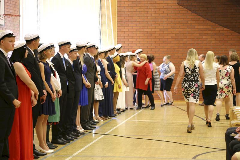 Opettajat onnittelivat tuoreita ylioppilaita juhlan päätteeksi ensimmäisinä.