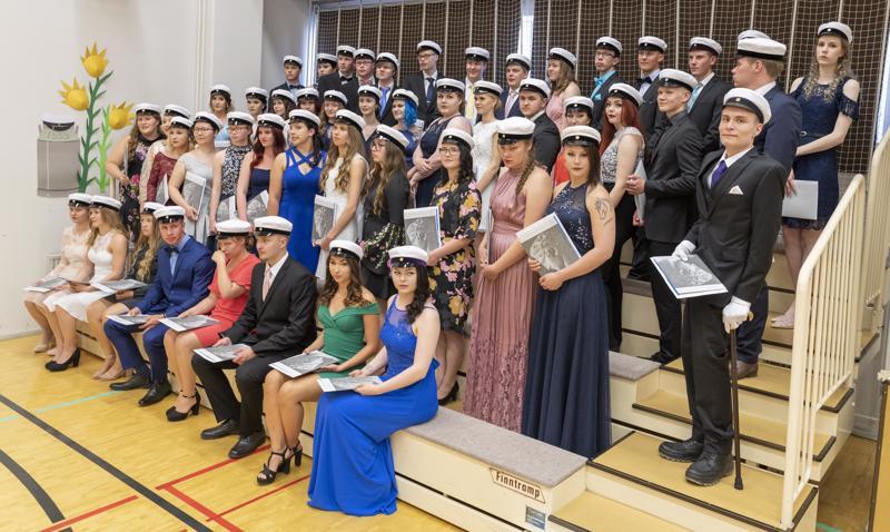 Nivalan lukiosta valmistui liki 50 ylioppilasta.