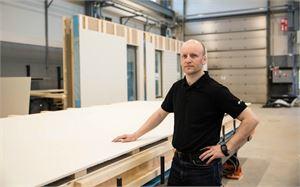 DEN Finland Oy:n tehdaskompleksi kasvaa Nivalan Teollisuuskylässä. Kuvassa tehtaanjohtaja Ville Vähäsöyrinki.