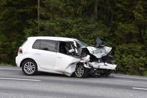 Kasitiellä Himangalla tiistai-iltana sattuneessa nokkakolarissa onnettomuusautot vaurioituivat pahasti.