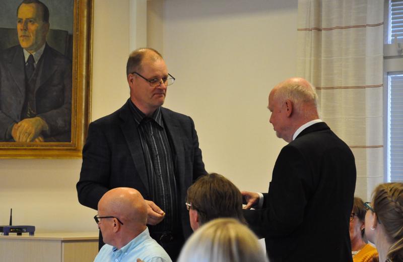 Kunnanjohtaja emeritus Kalevi Lindforsille luovutettiin Kuntaliiton 40 vuoden kultainen ansiomerkki valtuuston kokouksen yhteydessä.