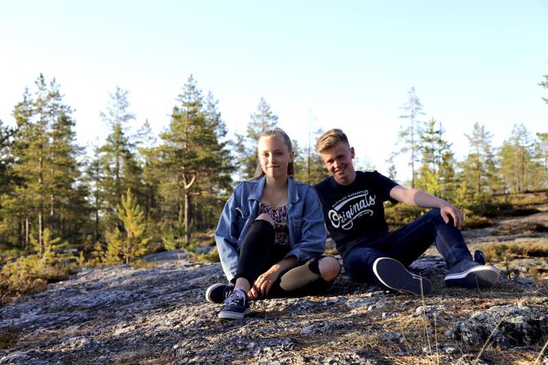 Kaustislaisten Jemina Kiisken ja Nuutti Timosen kesään kuuluu muun muassa rippileiri, kansantanssia ja jalkapalloa.