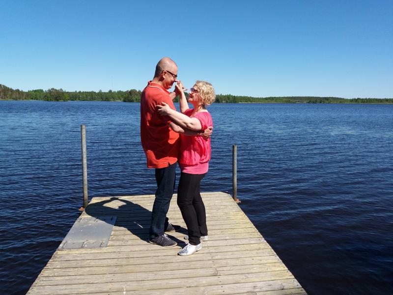 Antti Lepistö ja Merja Tikkala Emetinjärven rannalla kokeilemassa tanssimista laiturilla.