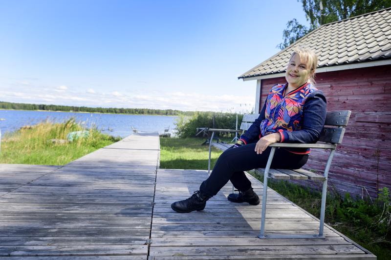 Anu Komsilla on edelleen huvila Kokkolassa, jota hän kehuu estoitta ihanaksi kaupungiksi. Vaikka ooppera loppui, rakkaus lapsuuden ja nuoruuden kotikaupunkiin säilyy.