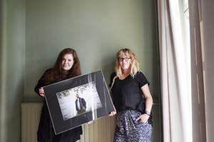 Ulla ja Minttu Nikula kuvaavat kokkolalaisia ja kertovat heidän tarinoitaan. Kuvassa, jota he pitelevät, on 17-vuotias Jukka. Jukan tarinan voi lukea People of Kokkolan Facebook-sivuilta.