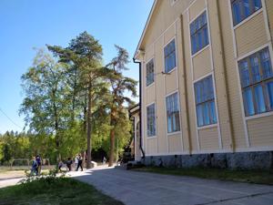 Ruusulehtoon sijoitetaan kaupunginvaltuuston päätöksen mukaan resurssikoulu, johon tulee 20 paikkaa ala- ja yläkouluikäisille.  Viisi paikkaa voidaan myydä naapurikuntiin 10 000 euron kappalehintaan.