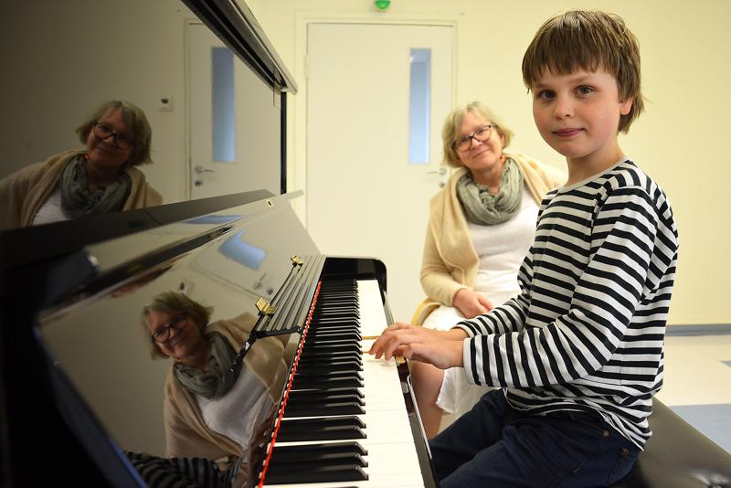9-vuotias Otso Kallio osallistuu jo kuudetta kertaa Raudaskylän musiikkileirille. Tapahtuman taiteellinen johtaja Katrina Nummi-Kuisma on Raudaskylän kävijä koko tältä vuosituhannelta.