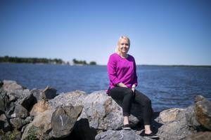 Kaustisen keskuskoulun opettajakaartiin kuuluva Marjo Yli-Tokola opettaa matemaattisia aineita mieluiten oppilaiden oman kokemuspiirin kautta.