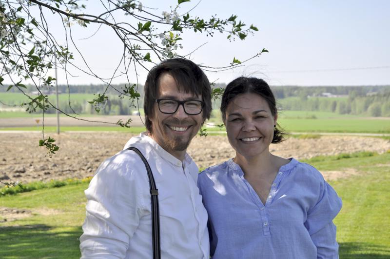 Jokilaaksossa. Sami ja Katja Hovilan pihalta avautuu näkymä yli peltojen.