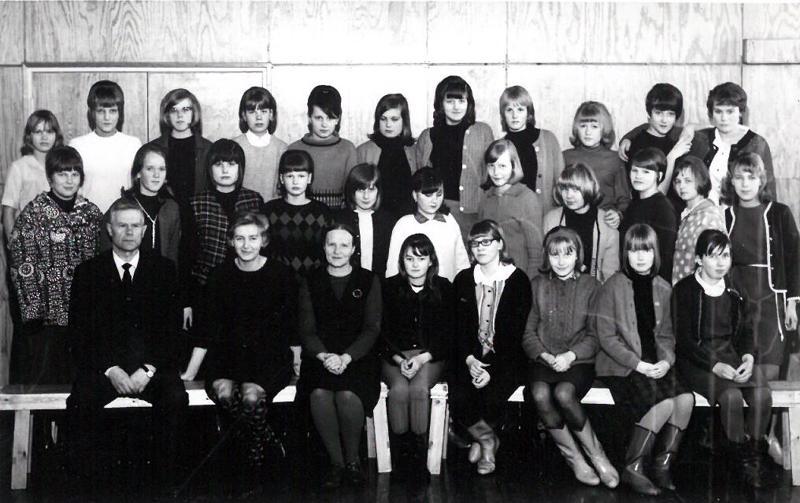 Heikki Siipola toi toimitukseen kuvan Irja Siipolan arkistoista. Kuvassa on Kalajoen kansalaiskoulun C1 ja C2 ryhmät vuonna 1966.