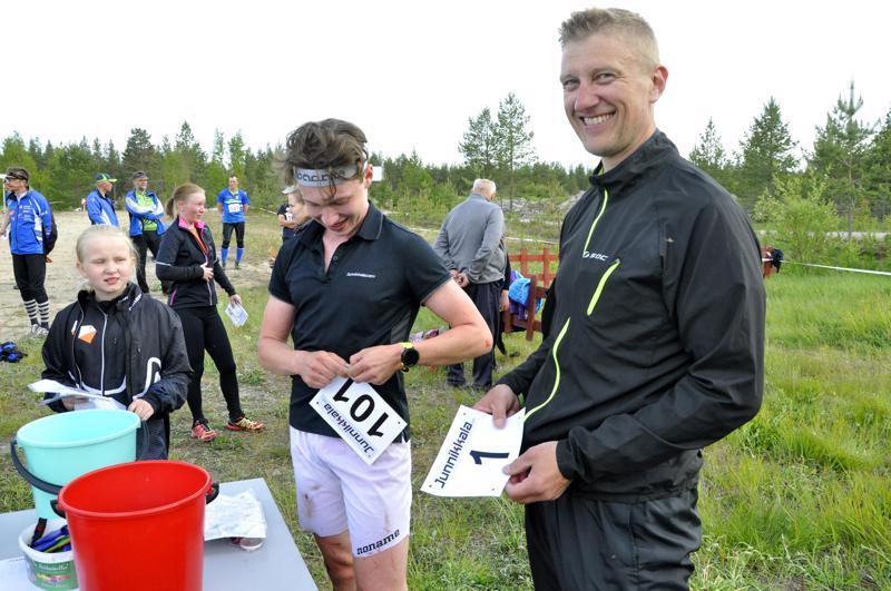 Numero oli enne Kalajokilaakson Iltarastien pariviestissä. Numerolla yksi startanneet Osmo (oikealla) ja Saku Juola olivat numero yksi myös maalissa.