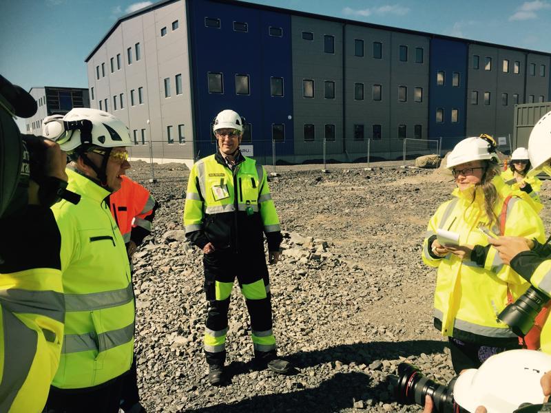 Rakentamisjohtaja Jouni Sipiläinen esittelee Hanhikiven niemellä meneillään olevia rakennuskohteita, itse voimalaitoksen lupa viipyy vielä.