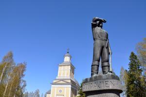 Tapio Wirkkalan valmistama Raivaaja-patsas kuuluu Wirkkaloiden taiteilijapoln kohteisiin.