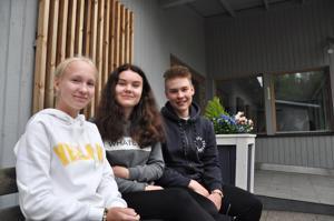 Emma Porkka, Jenna-Riikka Laulumaa ja Joonas Järvenpää toteavat, että rippileirillä päivä paranee aina iltaa kohden. Iltaohjelma on kaikkein mukavinta ja ehdottomasti parasta leirillä on nuorten mielestä koko leiriporukan yhteishenki.