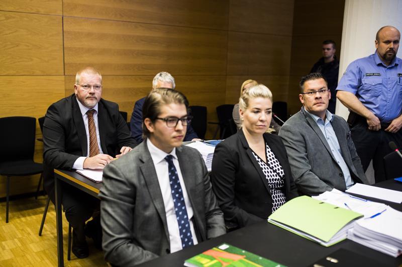 MV-oikeudenkäynnin toinen päivä alkoi asianomistaja Jessikka Aron kuulemisella. Lounaan jälkeen tuomioistuimen on tarkoitus kuulla jutussa syytettyjä Ilja Janitskinia (istumassa edellä oik.) ja Johan Bäckmania (takana vas.), jotka molemmat ovat kiistäneet kaikki rikokset.