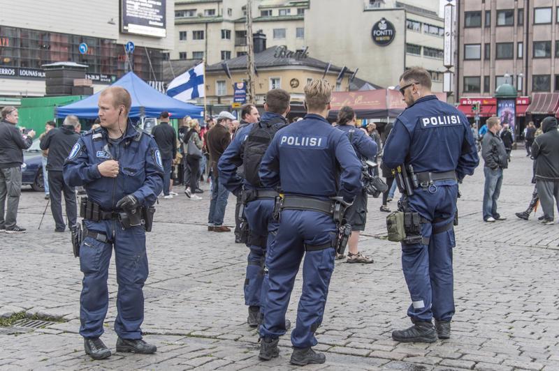 Viranomaisten lisäksi muidenkin pitäisi huolehtia turvallisuudesta, sanoo oikeusministeri Antti Häkkänen. Poliisit seurasivat mielenosoittajia Turun kauppatorilla joukkopuukotuksen jälkeisenä päivänä viime elokuussa.