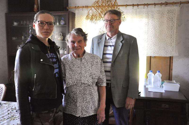 Maj-Lis Haavistolle liput Raivaajarockiin kävivät lahjoittamassa Vetelin kunnanjohtaja Hannu Jyrkkä (vas.) ja kanslisti Susanna Hotakainen-Karvonen.