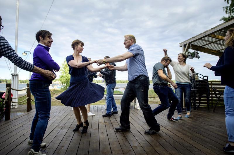 Lavatanssin harrastajat Jonna Kippo ja Ari Laukkonen nauttimassa iloiseta meiningistä kesäravintola Elban terassilla.