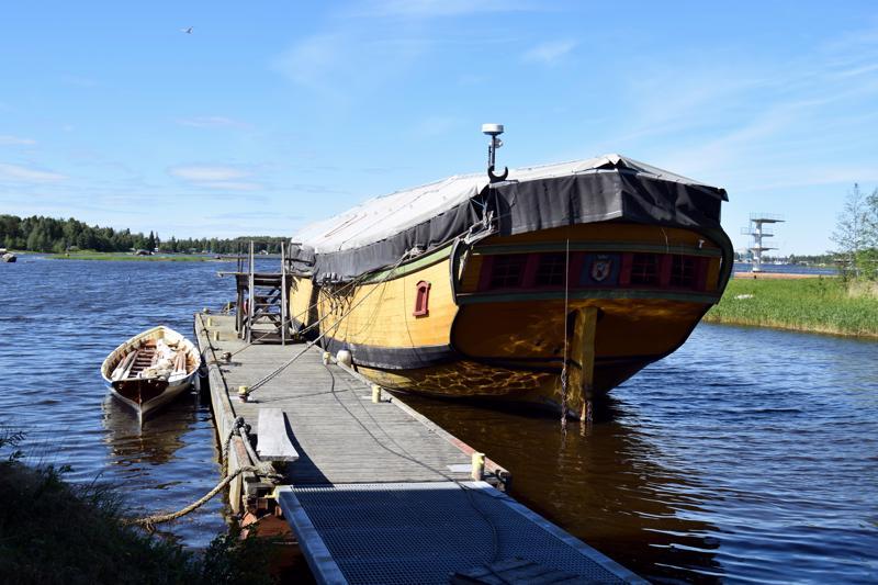 Jacobstads Wapen ei enää purjehdi, mutta ehkä siitä saisi tulevaisuudessa viihtyisän kahvilan. Equity sen vierellä on Pietarsaaren veneveistämön omaisuutta. Sillä on mahdollisuus päästä tänä kesänä vesille. Anita Salmi